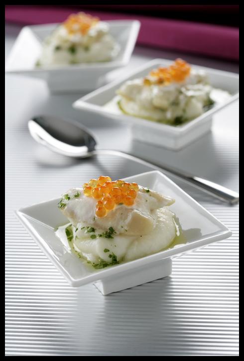Cocochas con huevos de trucha sobre crema de coliflor